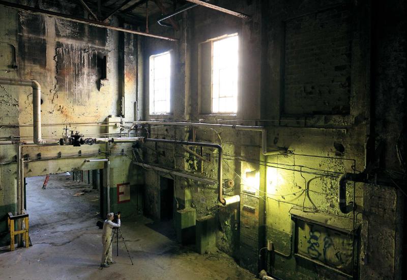 Un photographe bénévole capture les centaines de détails sur les murs d'une ancienne centrale thermique à vapeur.