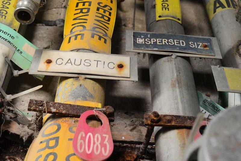 Chaque tuyau, conduit et câble avait attentivement été étiqueté par la petite armée d'ingénieurs qui réparait et entretenait le complexe.