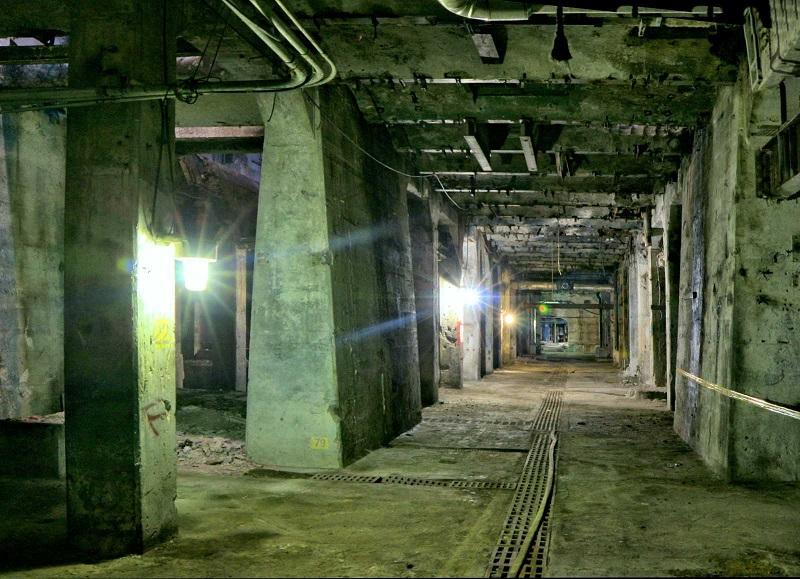 L'éclairage moderne placé de façon sporadique donne une apparence austère aux chambres souterraines qui, autrement, ont une allure plutôt médiévale.