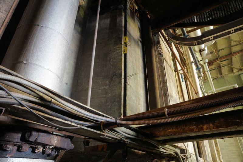 Constituant les immenses systèmes circulatoire et nerveux de l'entreprise, de nombreux conduits de vapeur, d'eau, d'électricité ou de données enlacent encore les murs, les planchers et les plafonds.