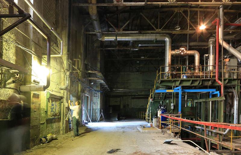 Le vidéographe du MHO documente la centrale thermique à vapeur.