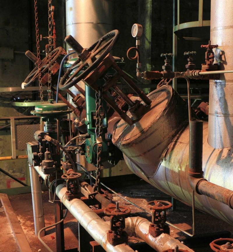 Bien que des panneaux de commande modernes aient été installés depuis longtemps et qu'ils se trouvaient à proximité, les massives vannes manuelles de la centrale thermique à vapeur étaient toujours en place.